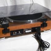 製品背面部です。phono 出力は RCA 端子です。