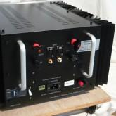 製品背面部です。着脱式ACケーブルは20A形状のものを使用します。