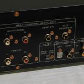 出力端子の拡大写真です。アナログ 5.1ch 出力のほか digital coaxial/TOS が装備されています。