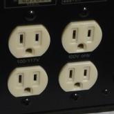 出力はトータルで 200VA です。サウンドソースやプリアンプなどの小電力機器にてご使用ください。