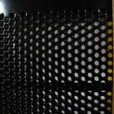 透明な振動板(中高域用)はパンチング加工されたステーター(電極)で挟まれています。ステーターは振動版保護の役割も持ち合わせています