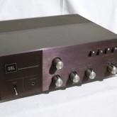 JBL 製プリメインアンプです。時代を超えて魅力ある音色を届けます。