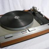 オーソドックスなスタイルのレコードプレーヤーです。