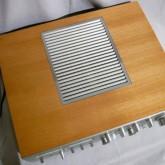放熱口を除いて木製キャビネットです。比較的良い状態です。