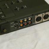 RCAジャックによる analog/digital in/out の他、XLR anqlog balanced 出力も装備されています。