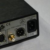 先代の380シリーズとは違い、ACケーブルは背面部に接続します。