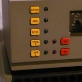 黄色と赤のボタン、前期タイプです。