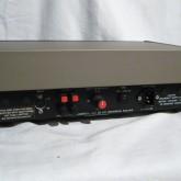 405 背面部です。入力端子は 5-pin DIN です。RCA は接続できません。