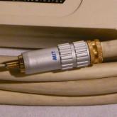 RCA プラグの拡大写真です。コレクトチャック式が採用されています。