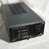製品背面部です。入力は XLR/RCA から選択できます。