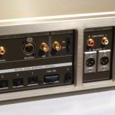 入出力端子部分の拡大写真です。twin link は同社製 [Rシリーズ] CDトランスポート専用です。
