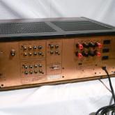背面部です。磁性体対策として銅版シャーシを用いるなど、当時は入念な物造りでした。