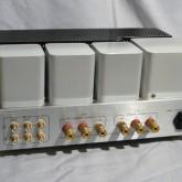 製品背面部です。コンパクト・お手軽価格の製品ながら作りの良い端子類が装備されています。。