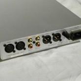 入出力端子共に XLR/RCA 各1系統が装備されています。